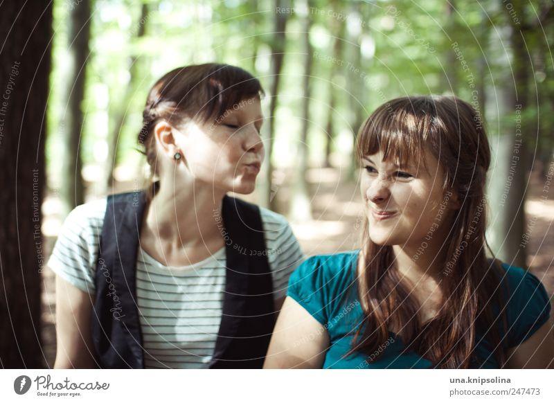 küss müch Frau Mensch Natur Jugendliche Freude Wald feminin Gefühle Umwelt lachen Stimmung Erwachsene Freundschaft Mund lustig