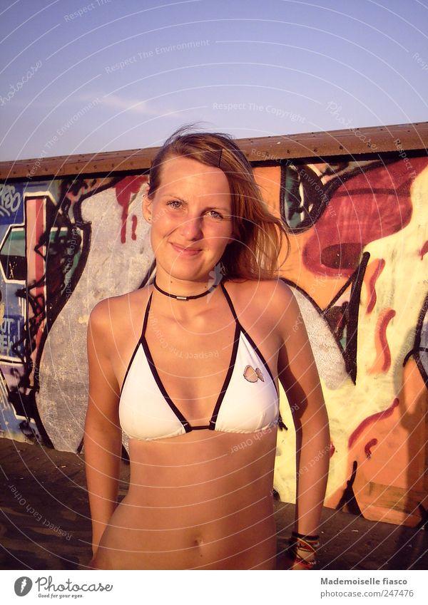 Sommerabend Mensch Jugendliche schön Ferien & Urlaub & Reisen Freude Strand Erwachsene Erholung feminin Graffiti Zufriedenheit natürlich 18-30 Jahre Junge Frau