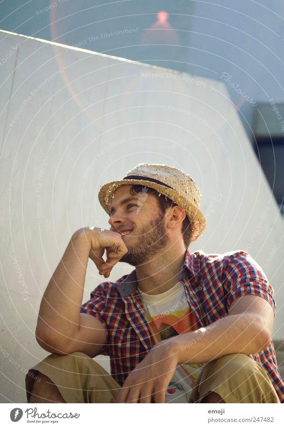 abhängen maskulin Junger Mann Jugendliche 1 Mensch 18-30 Jahre Erwachsene Sommer Hut Strohhut lässig Erholung Lächeln lachen Blendenfleck Blendeneffekt sitzen