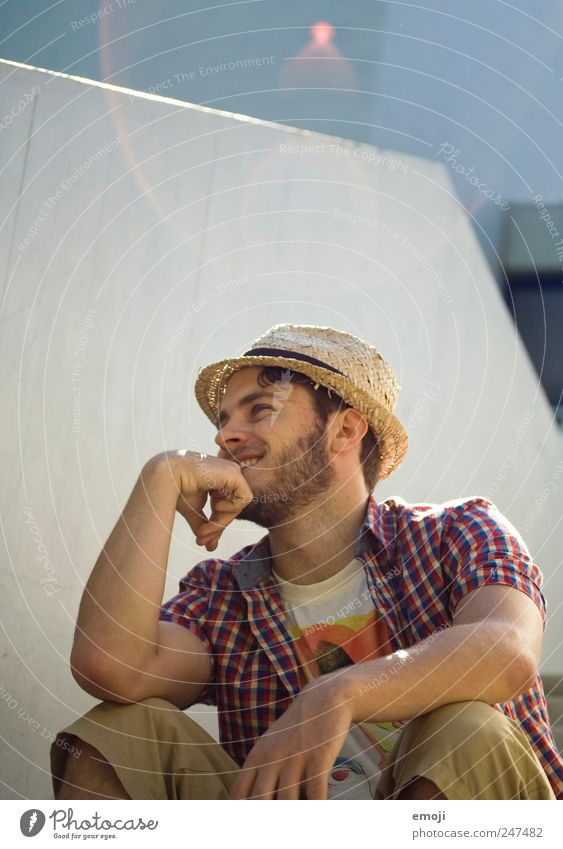 abhängen Mensch Jugendliche Sommer Erwachsene Erholung lachen sitzen maskulin 18-30 Jahre Lächeln Hut lässig Blendenfleck Junger Mann Mann sympathisch