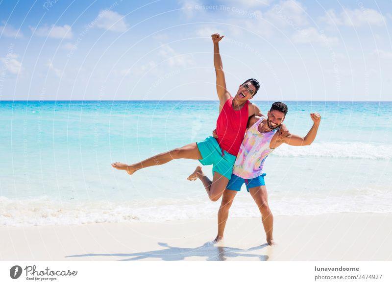 Ferien & Urlaub & Reisen Mann Sonne Freude Strand Erwachsene Lifestyle Liebe Stil Paar Tourismus Freiheit Mode Zusammensein Sand Freundschaft