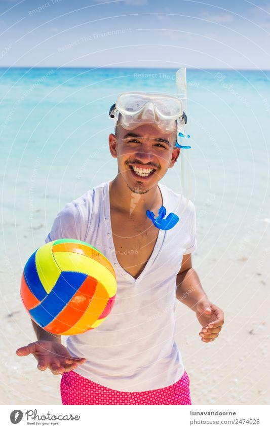 Sommerferien, Mann mit Schnorchel und Volleyball. Lifestyle Fitness Freiheit Strand Sport Mensch Homosexualität 1 18-30 Jahre Jugendliche Erwachsene Lächeln