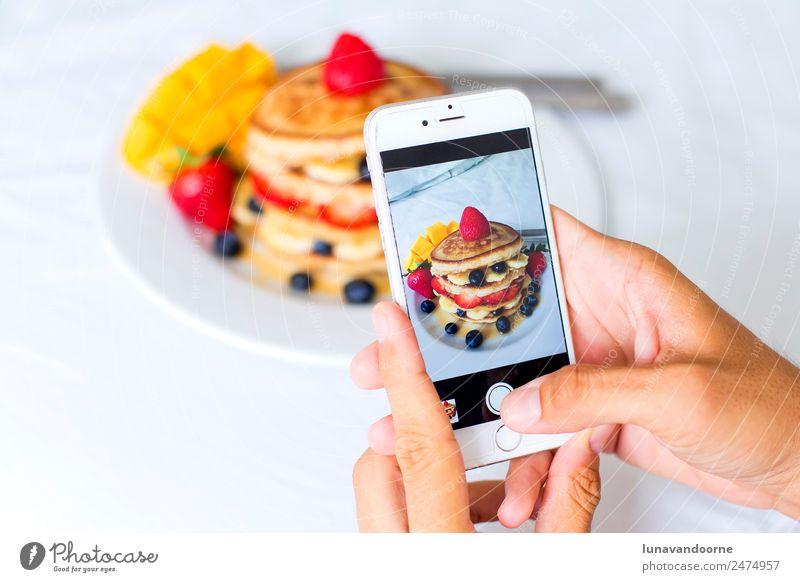 Mann weiß Hand Erwachsene modern Technik & Technologie Tisch Fotografie Telefon lecker Handy Fotokamera Frühstück Dessert Beeren Teller