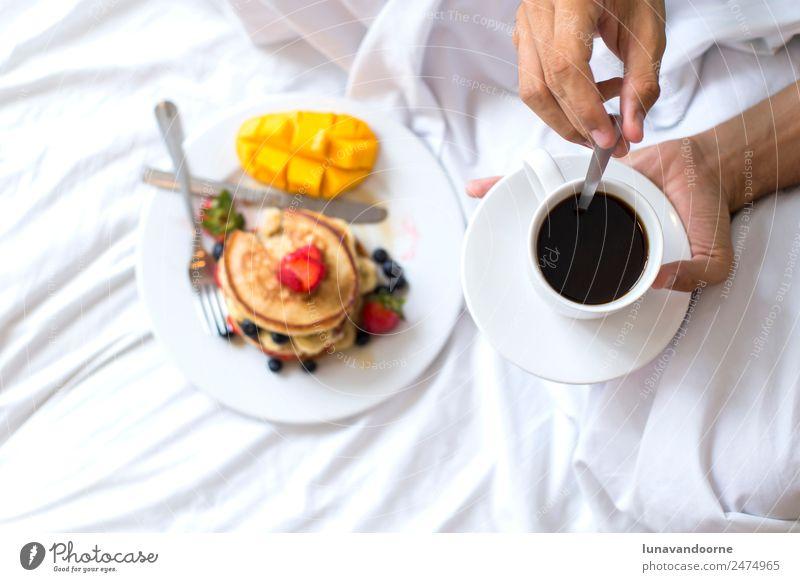 Warme Kuchen mit Obst und Kaffee im Bett Dessert Frühstück Mittagessen Teller Mann Erwachsene Hand lecker weiß Beeren Blogger farbenfroh Speise Lebensmittel