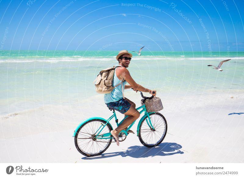 Mann mit dem Fahrrad am Meeresufer Lifestyle Freude Erholung Ferien & Urlaub & Reisen Freiheit Sommer Sonne Strand Sport Fahrradfahren Mensch Homosexualität