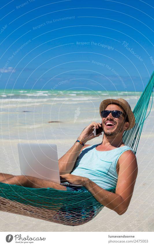 Konzept des digitalen Nomaden, Remote-Arbeiter, Unternehmer. Lifestyle Erholung Ferien & Urlaub & Reisen Sommer Strand Arbeit & Erwerbstätigkeit Business