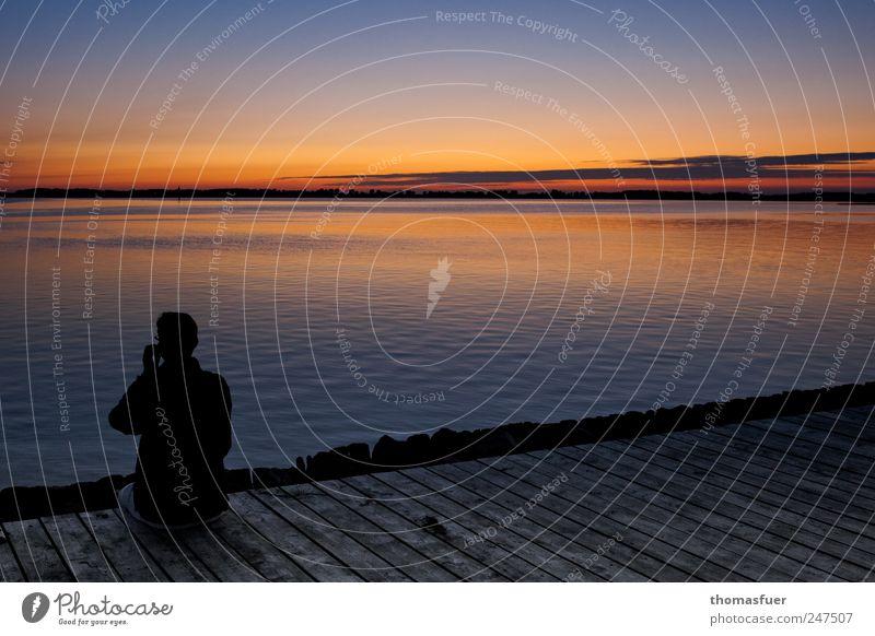Smartphonebesitzer den Sonnenuntergang betrachtend Mensch Himmel Mann Wasser Ferien & Urlaub & Reisen schön Sommer Meer Erwachsene Landschaft Ferne Küste