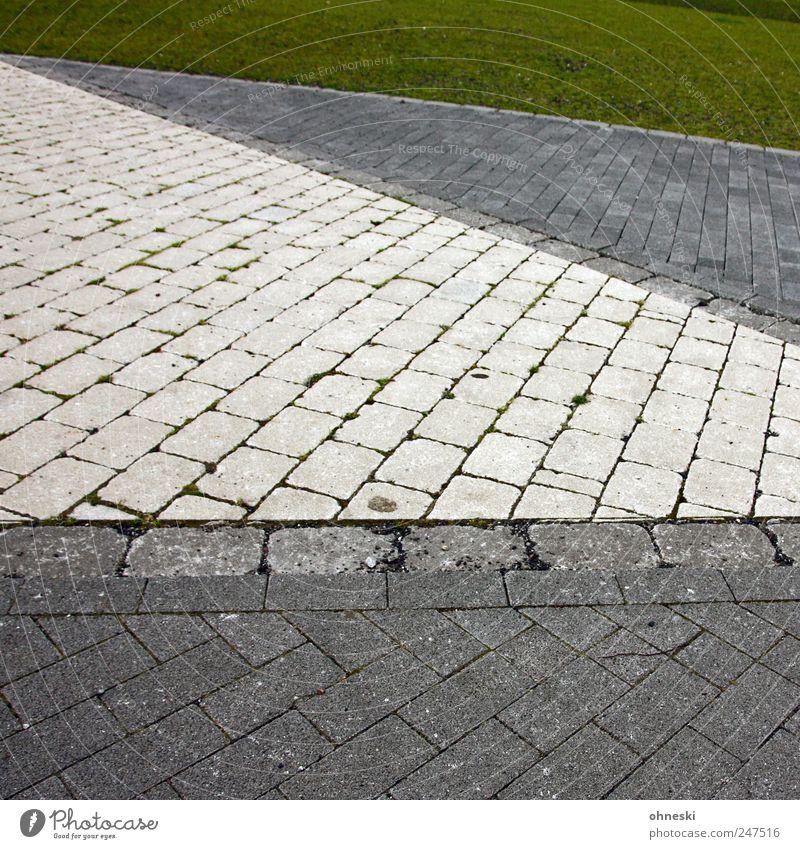 Flächen Gras Wiese Wege & Pfade Pflastersteine Pflasterweg Stein Linie grau grün Farbfoto Außenaufnahme abstrakt Muster Strukturen & Formen Textfreiraum oben