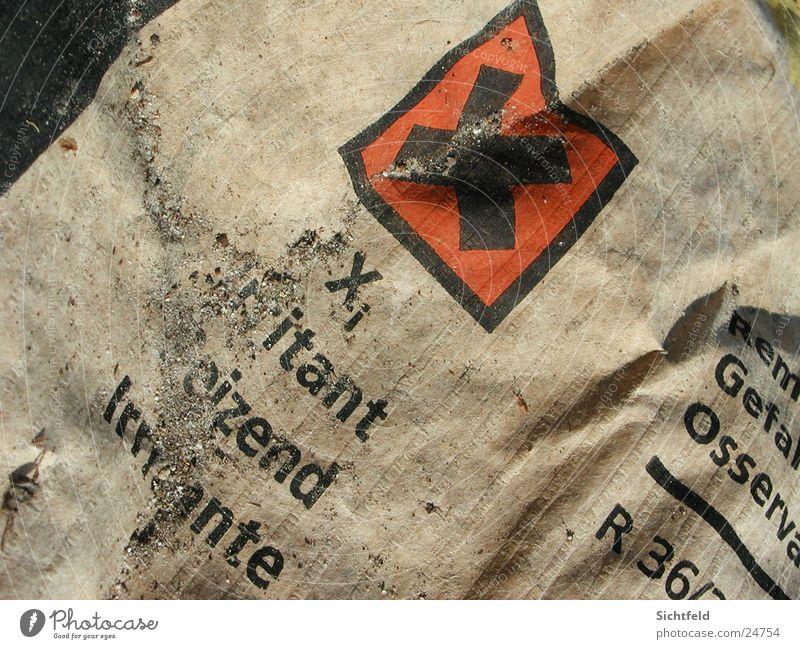 Gift(ist)klasse alt Sand braun Papier Müll Karton Gift Schulklasse Nahaufnahme verwaschen Sondermüll