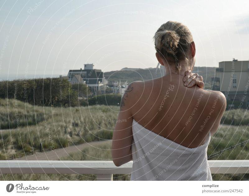 Der Morgen Frau Jugendliche schön Ferien & Urlaub & Reisen Sommer ruhig Erwachsene Ferne Erholung Leben Haare & Frisuren Körper Zufriedenheit blond Rücken Haut