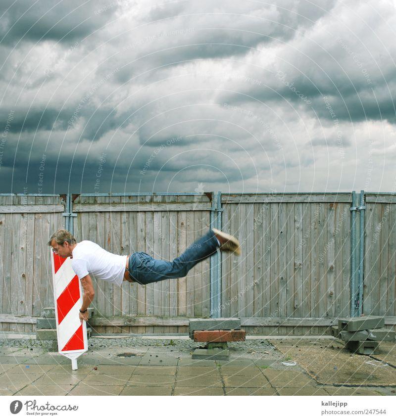 sturmwarnung Mensch Himmel Mann Wolken Erwachsene springen Wind Schilder & Markierungen maskulin Hinweisschild T-Shirt Fahne Jeanshose Sturm Unwetter Schweben
