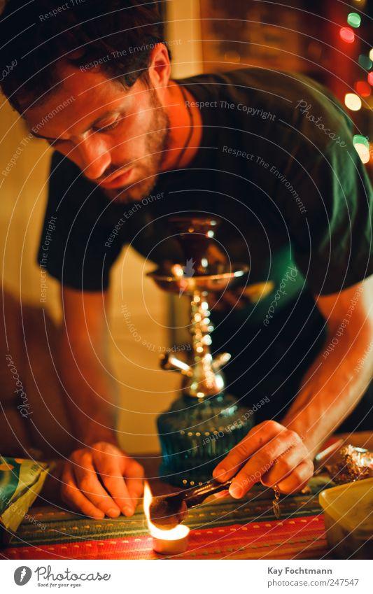 feuerteufel Lifestyle Rauchen Wohnung Wohnzimmer Nachtleben Wasserpfeife maskulin Junger Mann Jugendliche Leben 1 Mensch 18-30 Jahre Erwachsene T-Shirt