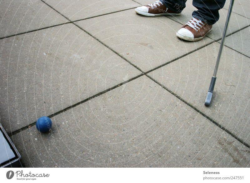 Abschlag Freizeit & Hobby Spielen Minigolf Mensch Fuß 1 Schuhe Ball Golfball Beton Golfschläger Farbfoto Außenaufnahme Textfreiraum Mitte Tag