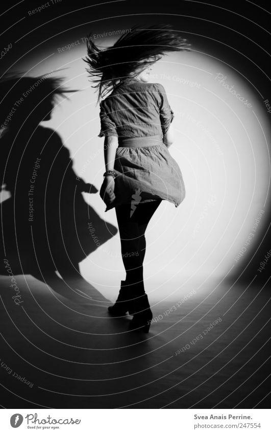 schwungvoll. feminin Junge Frau Jugendliche 1 Mensch 18-30 Jahre Erwachsene Mode Kleid Haare & Frisuren langhaarig drehen Tanzen Coolness dünn Lebensfreude