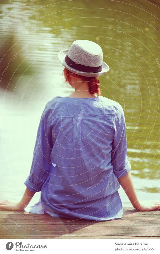 am see. feminin Junge Frau Jugendliche 1 Mensch 18-30 Jahre Erwachsene Wasser Teich Steg Mode Hemd Hut Haare & Frisuren rothaarig sitzen trendy einzigartig dünn