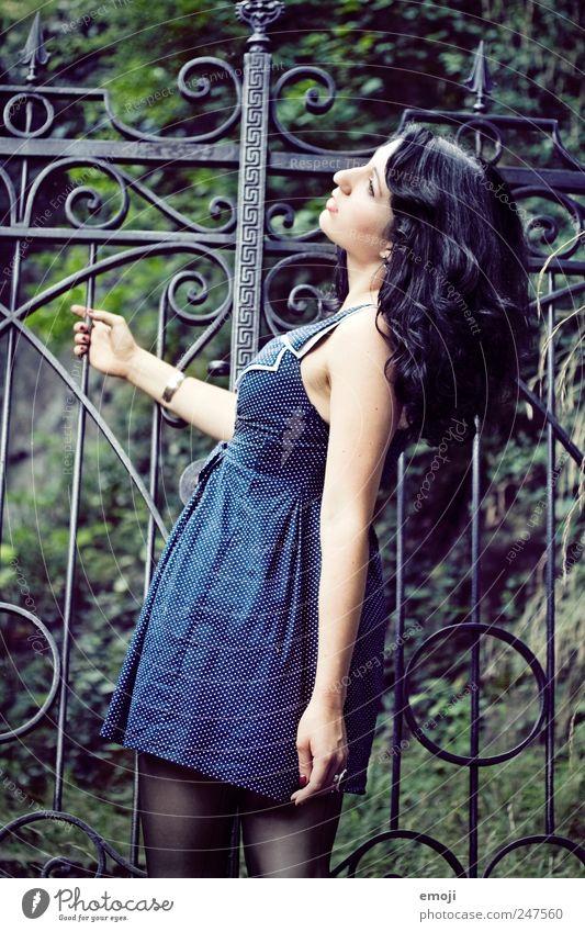 am Tor elegant Stil feminin Junge Frau Jugendliche 1 Mensch 18-30 Jahre Erwachsene Garten Mode Kleid Strümpfe Strumpfhose blau Verhext Fünfziger Jahre Farbfoto