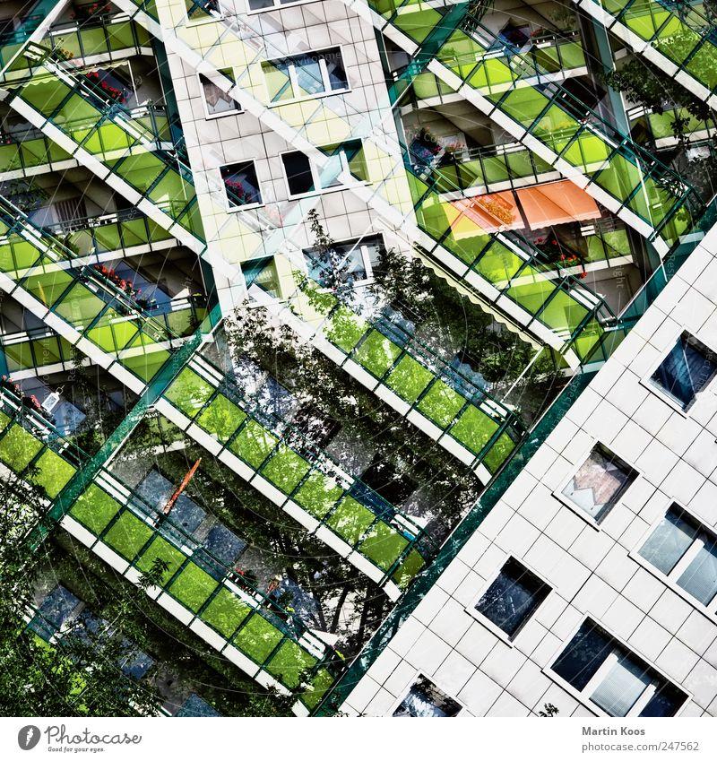 Bausteine bevölkert überbevölkert Haus Hochhaus Architektur Fassade Balkon Fenster modern Stadt chaotisch Design Farbe Kreativität Häusliches Leben Plattenbau
