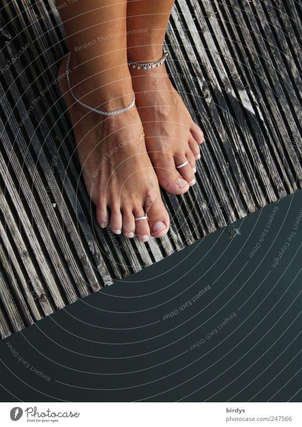 Schmucke Füße Mensch Jugendliche schön Sommer Wasser feminin Stil Fuß elegant stehen ästhetisch genießen einzigartig Seeufer trendy harmonisch
