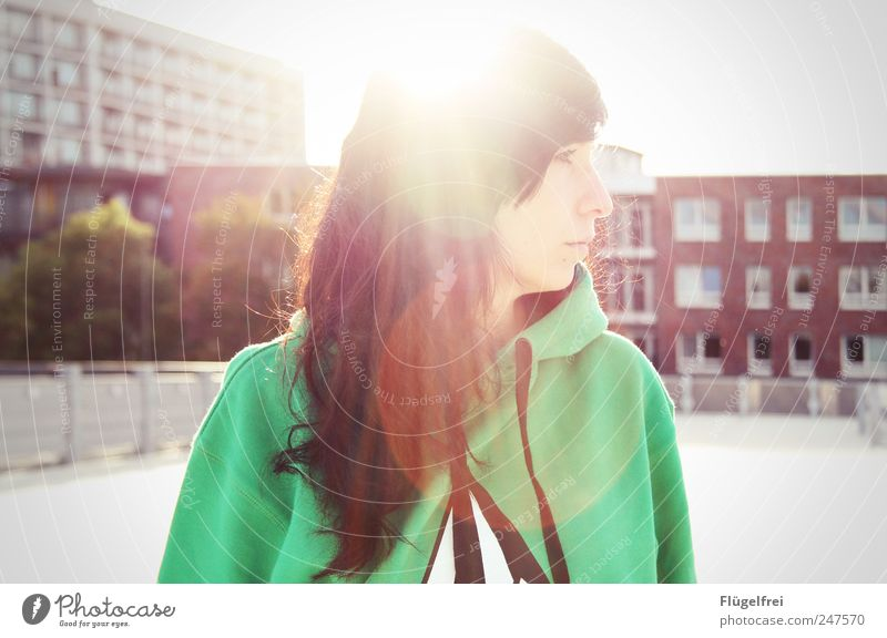 Parkhausdachidylle feminin Junge Frau Jugendliche Erwachsene 1 Mensch 18-30 Jahre beobachten Pullover Haus Himmel Sonnenlicht Blendenfleck Romantik ruhig