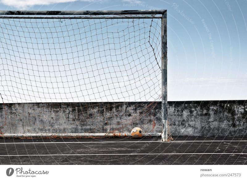 das runde im eckigen Sport Ballsport Sportveranstaltung Fußball Fußballplatz gelb Tor Netz Hartplatz Asphalt Erfolg leer Spielfeld Spielen Himmel Farbfoto