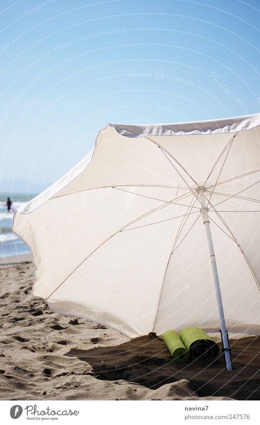 wartender Sonnenschirm weiß blau Sommer Strand Meer Ferien & Urlaub & Reisen Erholung Sand Wärme Schwimmen & Baden heiß Schirm Schönes Wetter