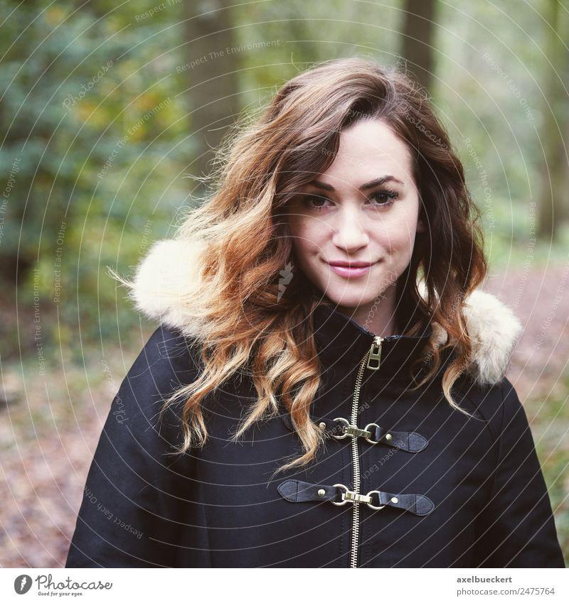 Außenporträt einer jungen Frau im Kontakt mit der Natur Lifestyle Freizeit & Hobby Winter Mensch Junge Frau Jugendliche Erwachsene 1 18-30 Jahre Herbst Wald