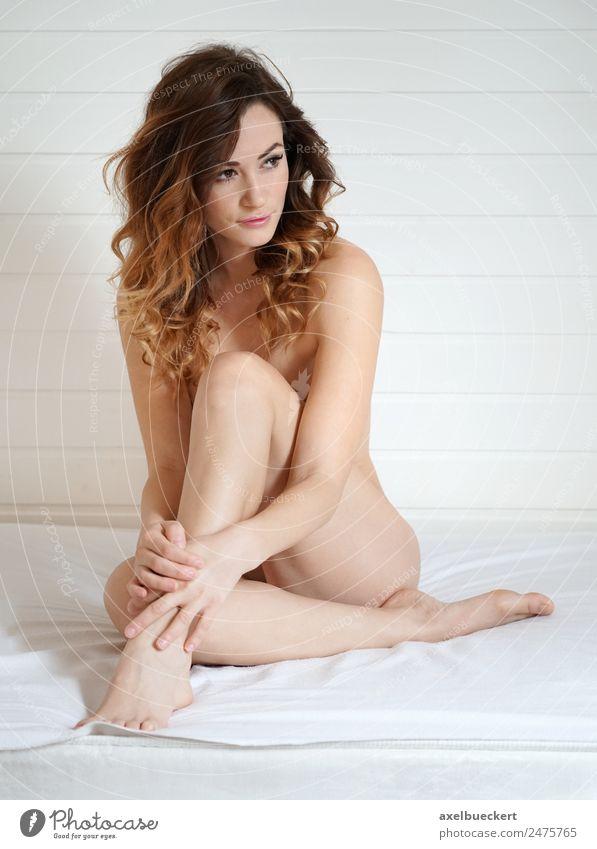 nackte Frau, die den Körper bedeckt. Lifestyle schön Haut Erholung Bett Raum Schlafzimmer Mensch feminin Junge Frau Jugendliche Erwachsene 1 18-30 Jahre brünett