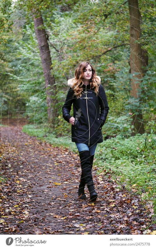 Herbstspaziergang Lifestyle Wohlgefühl Freizeit & Hobby wandern Mensch feminin Junge Frau Jugendliche Erwachsene 1 18-30 Jahre Natur Winter Baum Wald Mode