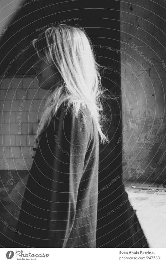 abgewandtheit. feminin Junge Frau Jugendliche 1 Mensch 18-30 Jahre Erwachsene Fenster blond langhaarig dünn Traurigkeit Sorge Trauer Tod Liebeskummer Trennung