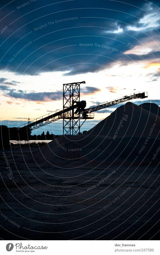 rolltreppe Natur alt blau kalt grau Sand Häusliches Leben Wachstum Hügel Zukunftsangst eckig Kran bauen Wolkenhimmel Stahlkonstruktion Baumaschine