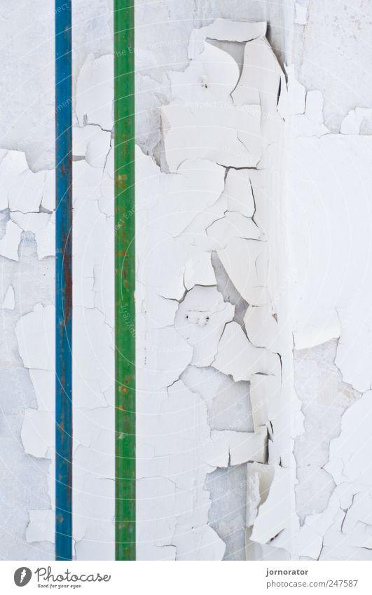 Parallelität Industrieanlage Fabrik Mauer Wand trocken blau grün weiß Putz abblättern Verfall Rost Abrissgebäude Farbfoto Innenaufnahme Textfreiraum rechts