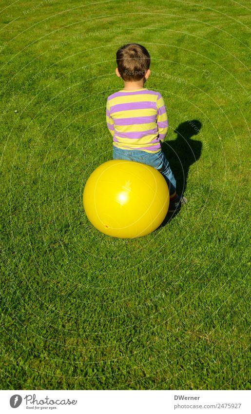 O Lifestyle Freizeit & Hobby Spielen Ferien & Urlaub & Reisen Sommer Sonne Ball Junge Schönes Wetter Gras Wiese T-Shirt Jeanshose glänzend hocken springen gelb