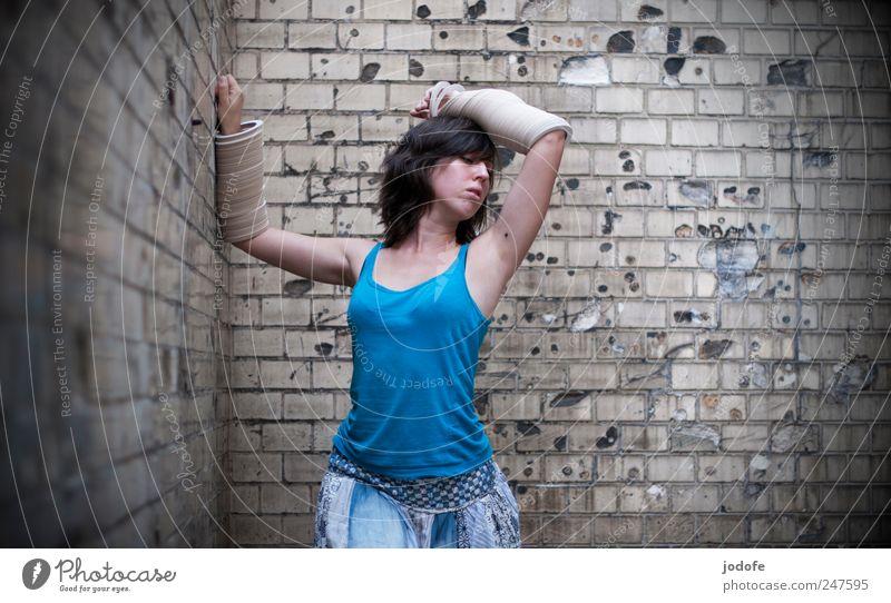 leicht bewaffnet Mensch Jugendliche feminin Wand Erwachsene Tanzen stehen festhalten Rausch Hinterhof Waffe 18-30 Jahre Junge Frau verführerisch Apfel der Erkenntnis Armreif