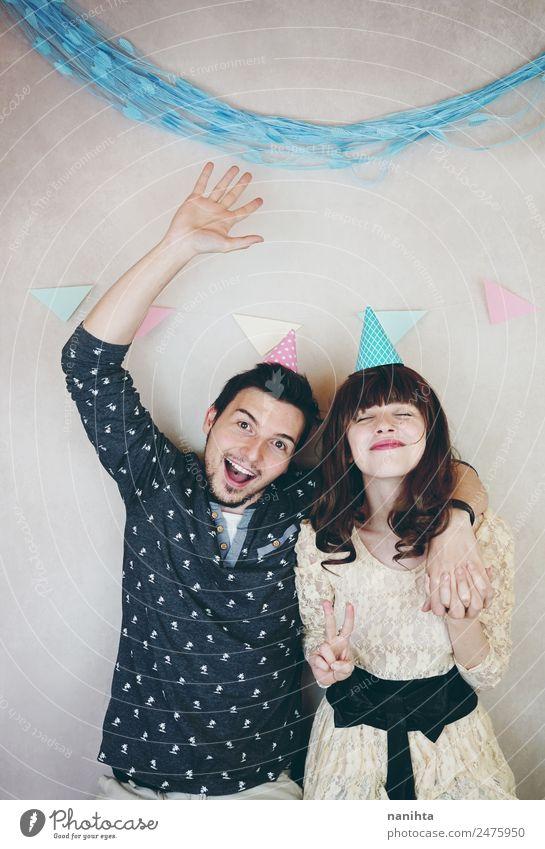 Junges glückliches Paar bei einer Geburtstagsparty Lifestyle Wellness Party Veranstaltung Feste & Feiern Mensch maskulin feminin Junge Frau Jugendliche Mann
