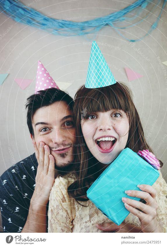Junges glückliches Paar feiert Geburtstag Lifestyle Freude Wellness Party Feste & Feiern Valentinstag Mensch maskulin feminin Junge Frau Jugendliche Junger Mann