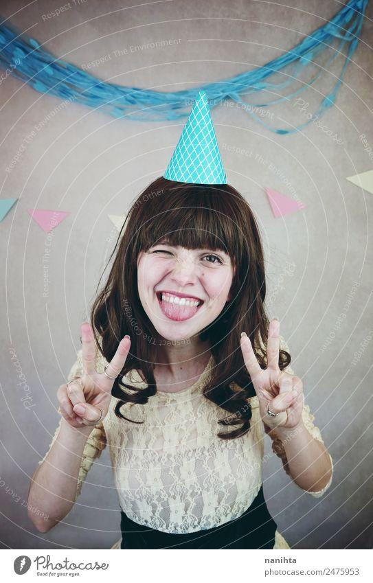 Junge fröhliche Frau, die ein lustiges Gesicht macht. Lifestyle Stil Freude Wellness Leben Feste & Feiern Geburtstag Mensch feminin Junge Frau Jugendliche 1