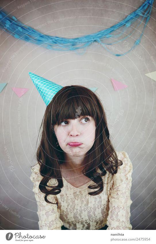 Junge enttäuschte Frau bei einer Geburtstagsfeier Lifestyle Stil Party Veranstaltung Feste & Feiern Mensch feminin Junge Frau Jugendliche 1 18-30 Jahre