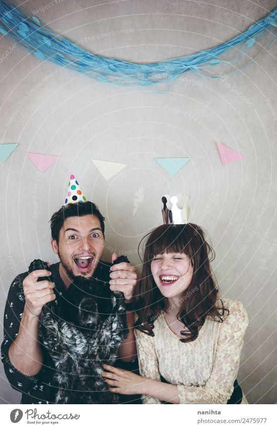 Junges Paar, das mit seinem Hund eine Party feiert. Lifestyle Freude Veranstaltung Feste & Feiern Geburtstag Mensch maskulin feminin Junge Frau Jugendliche