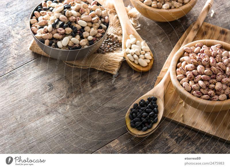 Ungekochte, sortierte Hülsenfrüchte in Holzschale auf Holz Lebensmittel Getreide Ernährung Essen Bioprodukte Vegetarische Ernährung Diät Schalen & Schüsseln