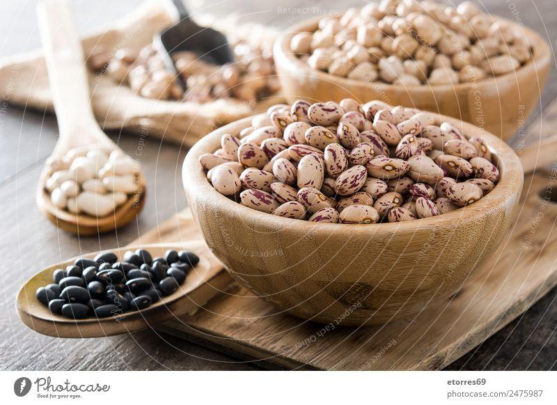 Ungekochte, sortierte Hülsenfrüchte in Schalen Lebensmittel Getreide Ernährung Essen Bioprodukte Vegetarische Ernährung Diät natürlich braun schwarz weiß
