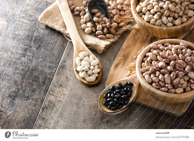 Ungekochte, sortierte Hülsenfrüchte in Holzschale Lebensmittel Getreide Ernährung Bioprodukte Vegetarische Ernährung Diät Schalen & Schüsseln Löffel natürlich