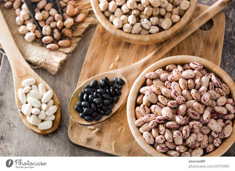 Ungekochte, sortierte Hülsenfrüchte in Holz Lebensmittel Getreide Ernährung Bioprodukte Vegetarische Ernährung Diät Schalen & Schüsseln Löffel natürlich braun