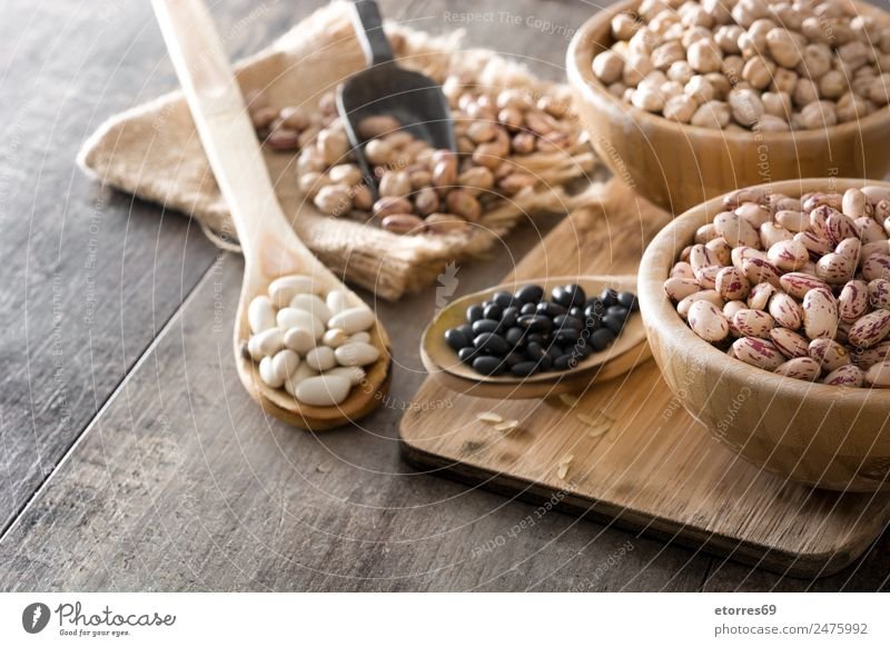 Ungekochte, sortierte Hülsenfrüchte in Holzschale Lebensmittel Getreide Ernährung Essen Bioprodukte Vegetarische Ernährung Diät Schalen & Schüsseln Löffel