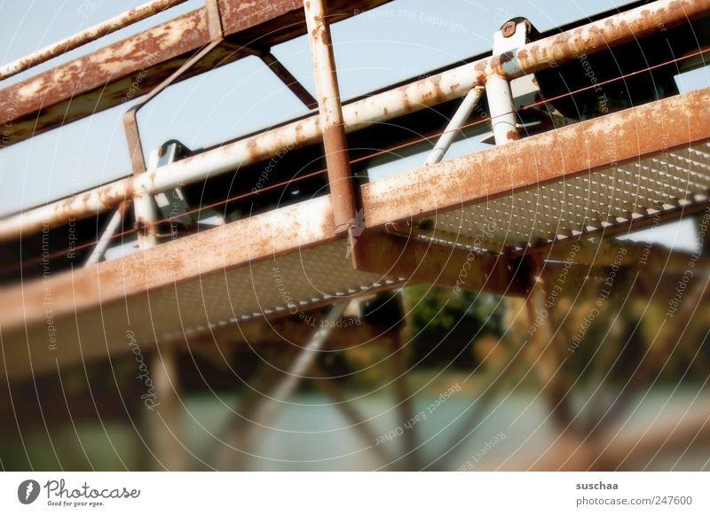 beförderung .. Umwelt Natur Landschaft Himmel Küste Seeufer Metall Rost Wasser Förderband Güterverkehr & Logistik Kiesgrube Bäume Eisenstangen Industrieanlage