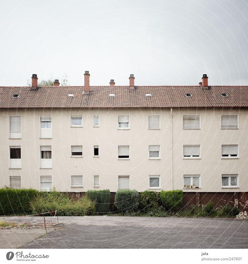 wohnblock Himmel Haus Fenster Wand Mauer Gebäude Tür Fassade Platz trist Sträucher Bauwerk Schornstein