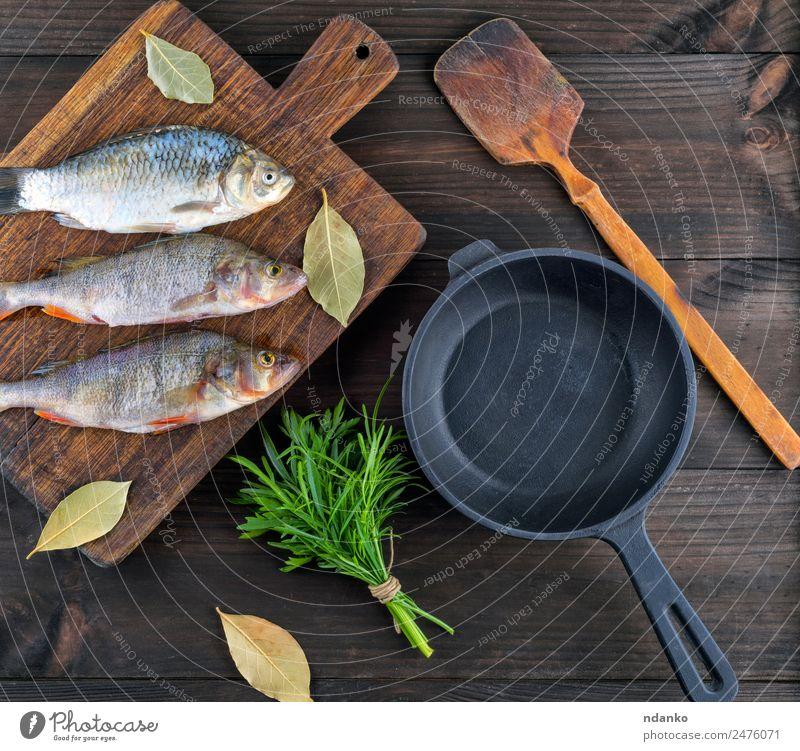 Gereinigter Flussfisch von der Schuppe Fisch Meeresfrüchte Kräuter & Gewürze Ernährung Abendessen Diät Pfanne Tisch Tier Holz frisch oben retro braun schwarz