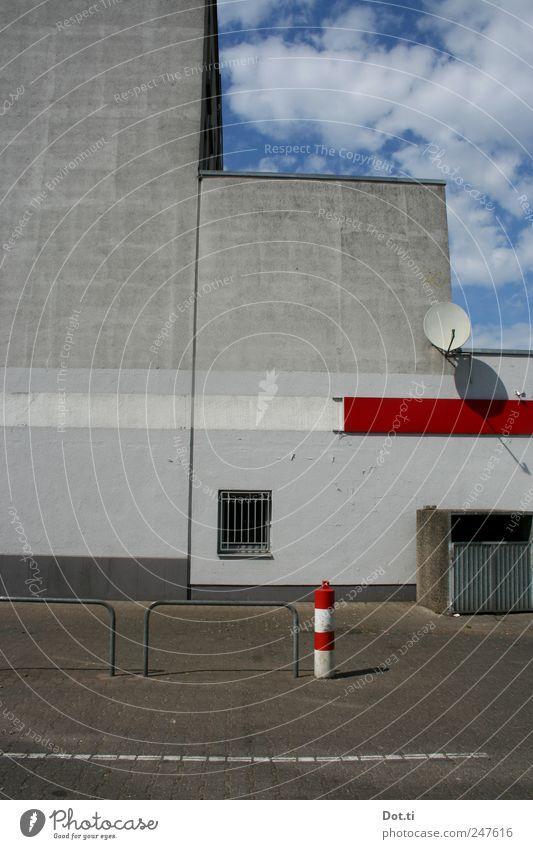vis-à-vis le flair Gebäude Architektur Mauer Wand Fassade trist grau rot Parkplatz Satellitenantenne Fenster Müllbehälter Hinterhof Beton Himmel Streifen