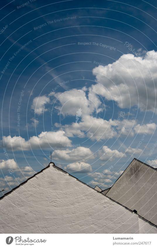 heiter bis wolkig Umwelt Himmel Wolken Klima Wetter Schönes Wetter Haus Einfamilienhaus Gebäude Mauer Wand Fassade Dach eckig einfach hell schön klein Spitze