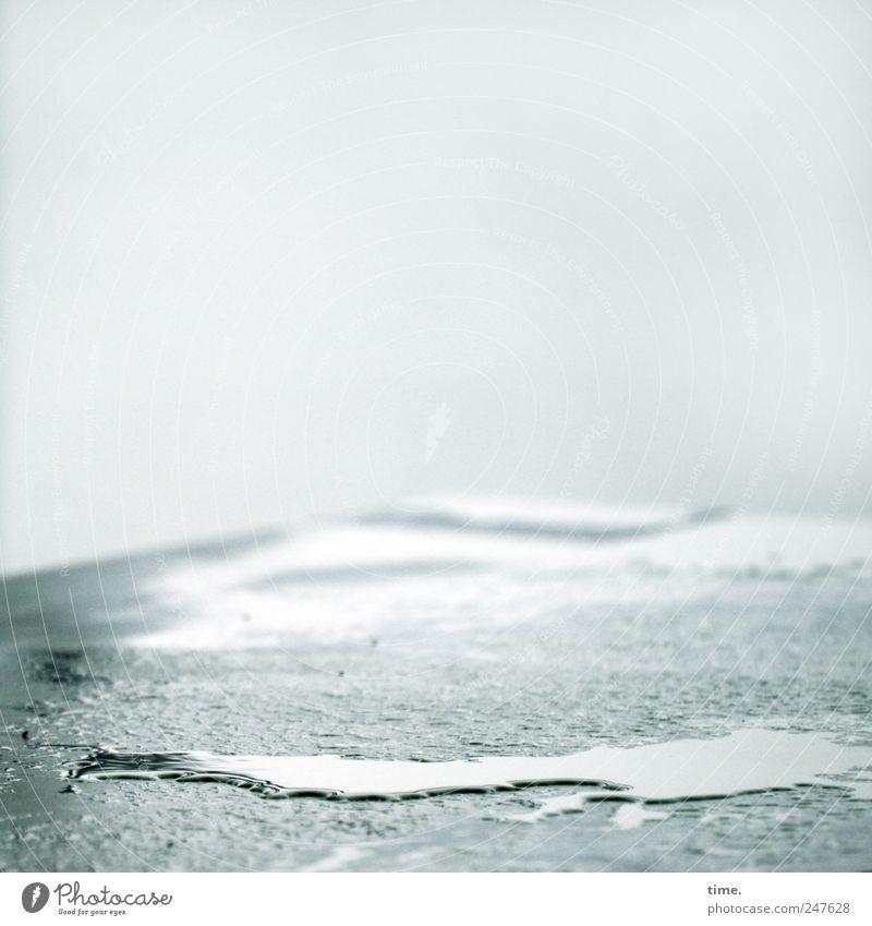 Feuchtgebiet Tisch Wasser nass Pfütze feucht Regenwasser Tischkante Oberfläche Farbfoto Gedeckte Farben Außenaufnahme Nahaufnahme Detailaufnahme Muster