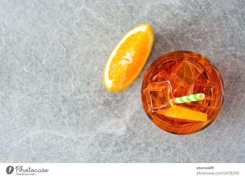 Aperol Schorle Cocktail Getränk Erfrischungsgetränk Alkohol Spirituosen Longdrink Becher Glas gut kalt saftig süß grau orange Italienisch Frucht Sommer